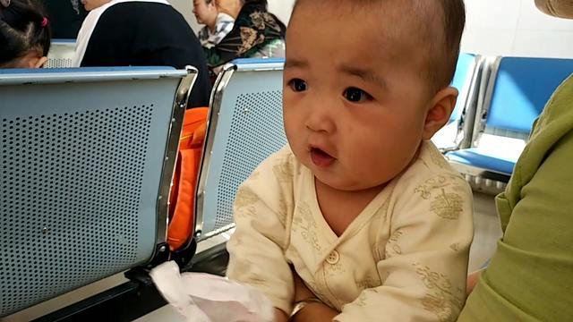 6个月的小宝宝打针,一针下去宝宝竟会说话了,结果网友:神针