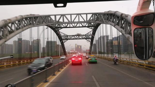 吉安大桥发生严重车祸 豪车撞公交2死1伤现场血腥不堪