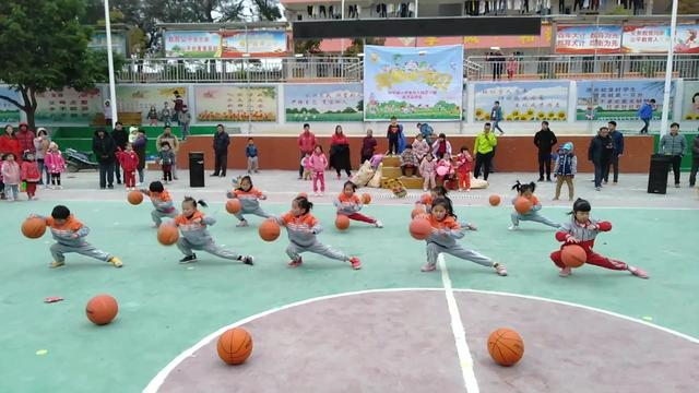 幼儿园的孩子们表演篮球操,动感十足!一个个很可爱!