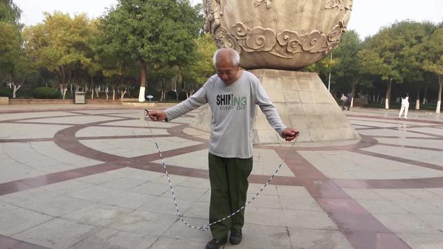目前超火的鬼步舞,67岁老大爷舞步灵活,脚下像是安装了滑轮