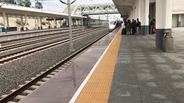 和谐号高铁列车进站场面,带你近距离看中国高铁,感受中国速度