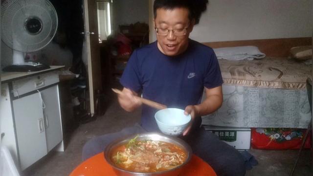 小伙制作酸辣鲜鱼汤,这配料真是绝了,我估计你看了不敢吃