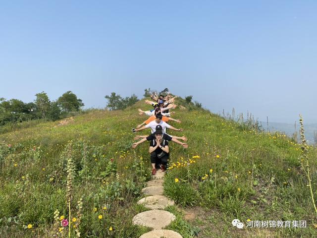 登山如同努力拼搏的人生,在山野中寻找向上的力量