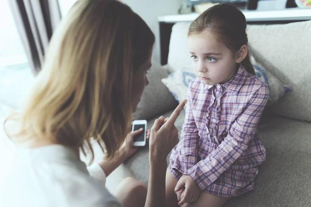 2岁孩子不爱跟小朋友玩,是孤僻吗?社交发育规律告诉你:多虑了