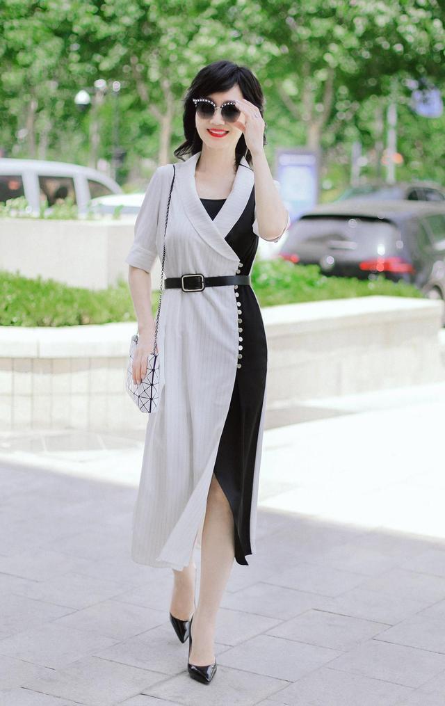 50岁后该怎么穿?学习赵雅芝的夏季搭配,简约而有质感