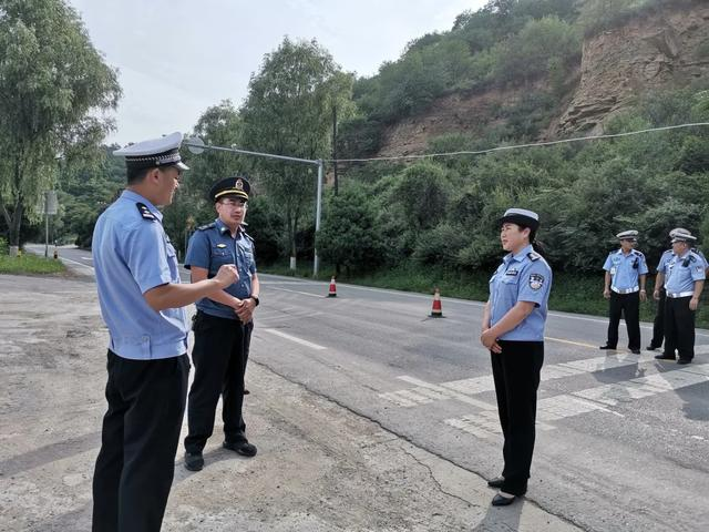 富县交警大队联合运管部门开展非法改装车辆整治行动