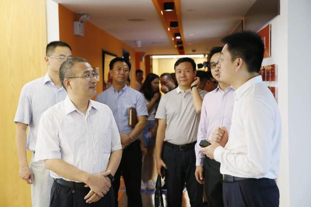 """杭州西湖区委书记高国飞到""""微易保险师""""走访调研"""