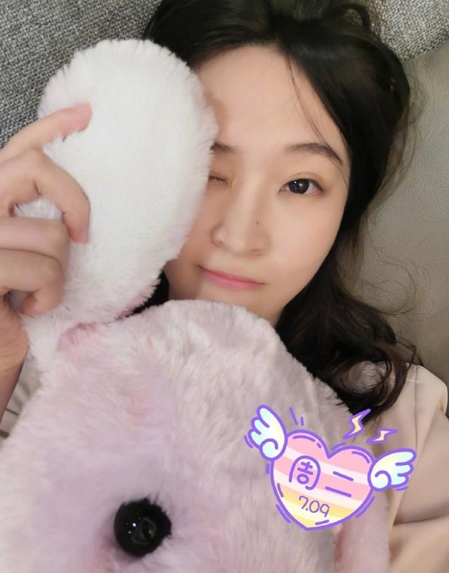 28岁惠若琪晒睡前自拍,笑容楚楚动人,直言开启冲刺模式 第2张