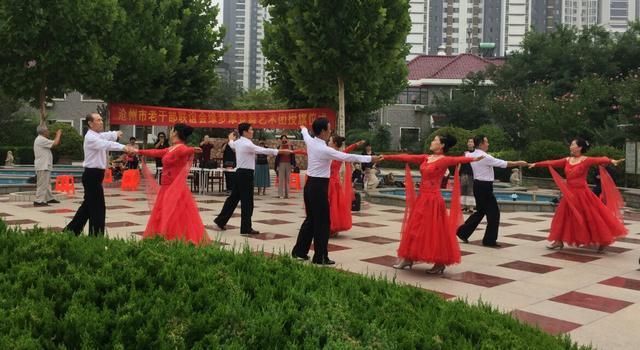河北省沧州市老干部联谊会为缘梦摩登舞艺术团举行授旗仪式