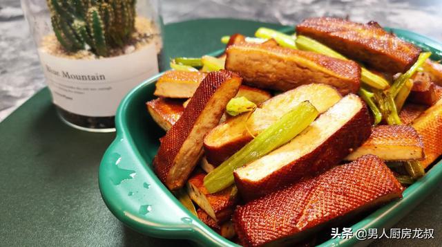家常版芹菜炒豆干,看着都香,简单都美味,难怪那么多人喜欢吃
