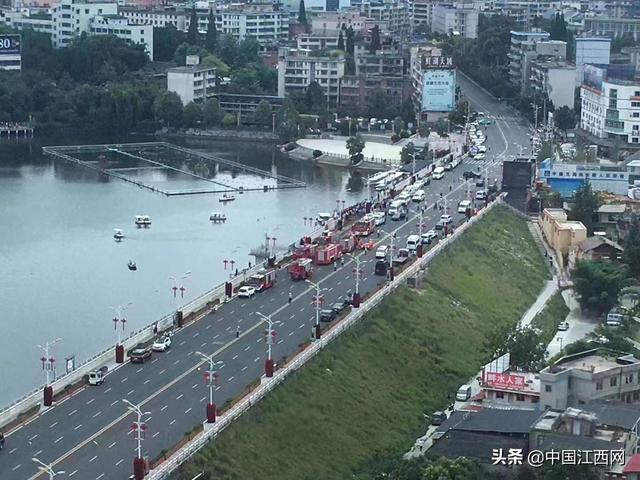 揪心!贵州坠湖公交已救出18人,事发瞬间视频曝光