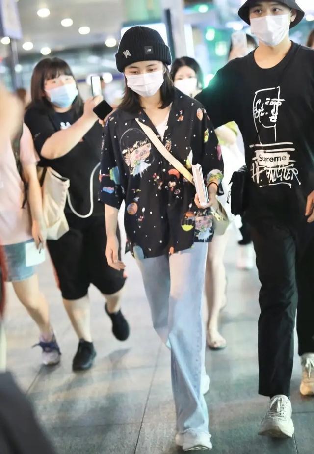 张子枫年龄小也会穿,衬衫上面画满