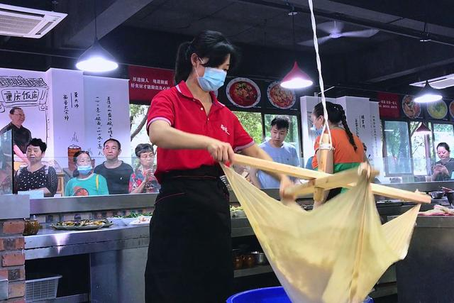 你家附近有吗?重庆首个大型社区食堂10元可以吃一天