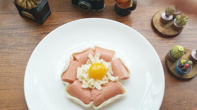 火腿肠可以加芝士这样吃,配个蛋更美味