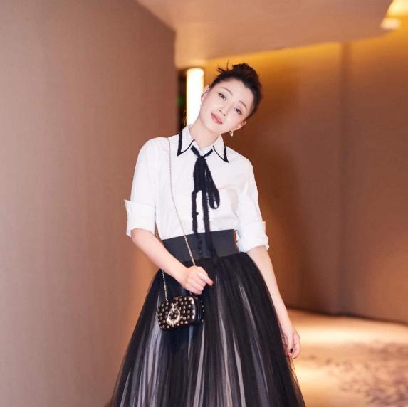 40岁殷桃遇上41岁章子怡,穿同款长裙,扮嫩和真嫩一目了然