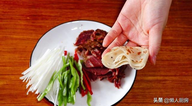 在家做口袋饼,饼皮筋道有嚼劲,塞满酱牛肉和大葱,吃着超满足