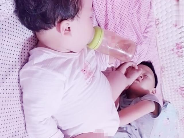 哥哥和妹妹一起睡觉,妈妈走进房间一看,被这画面逗笑了
