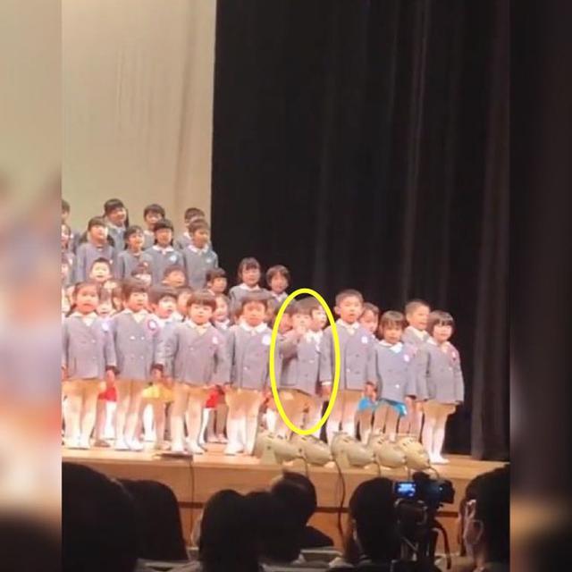 幼儿园合唱,一位执着对妈妈挥手而被阻止的小女孩走红网络:迷惑
