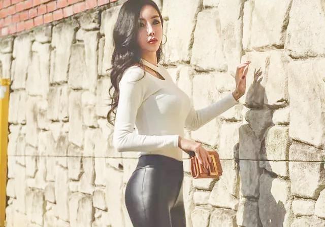 街拍女神:紧身皮裤穿出婀娜身姿,唤醒你的女神气质_东方头条