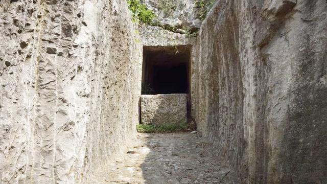 考古专家发现楚王墓,规模太大舍不得开发,结果全便宜了盗墓贼