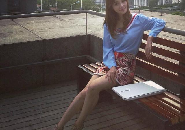 李小璐最新机场秀打扮很时髦,网友:我要有这腿也天天这样穿!