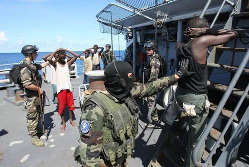 为什么我国海军碰到海盗时,只是驱逐从不击毙?这里告诉你原因