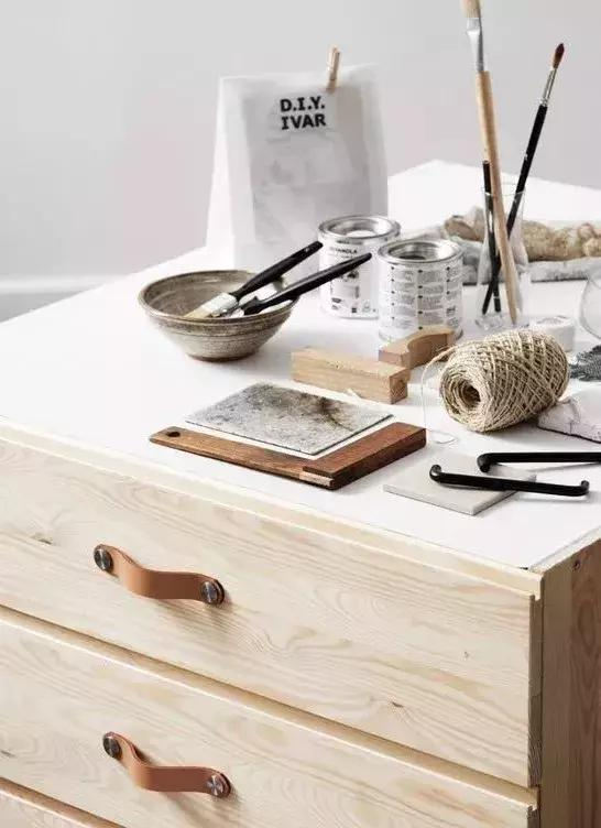 白色柜子配深色實木床