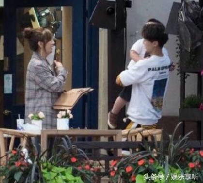 王俊凯半蹲着照顾小孩,还喂东西给他吃,粉丝却说他只喜欢胖孩子
