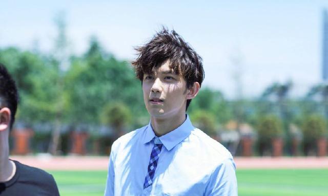 吴磊身穿校服拍毕业照,简单校服的满满少年气