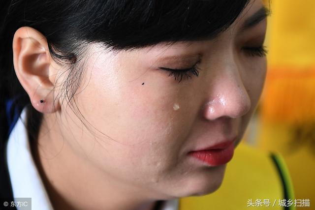女子孤身一人携女北京求医,坐楼道里流泪,只因女儿复发无钱治