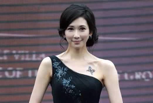 张柏芝出席活动,无意中暴露出自己后背的新纹身,... _网易新闻