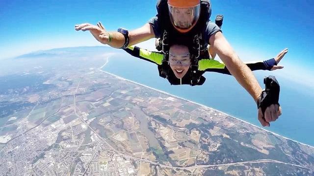 演员刘晓庆,挑战高空跳伞那么刺激的事情,没想到面目不狰狞!