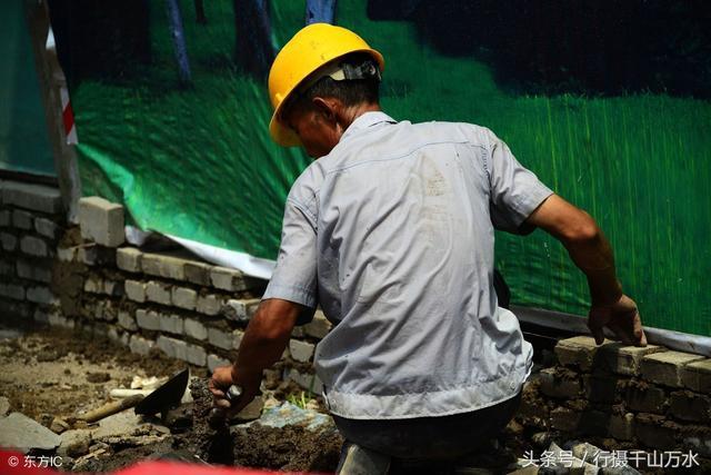 农民工下雨天干活图片