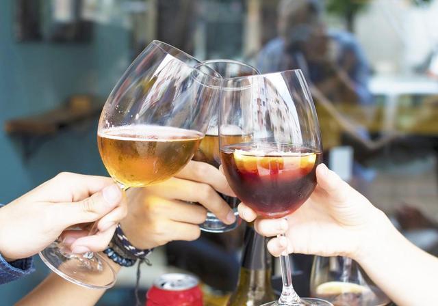喝酒伤肝,营养师提醒:喝酒前吃4类食物,减少酒精对肝脏的伤害