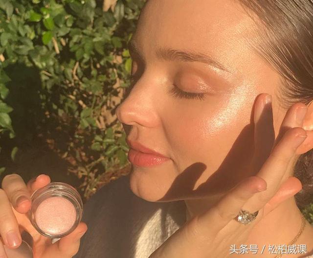 澳大利亚名模妮可·特伦菲奥的顶级时尚和美容秘诀