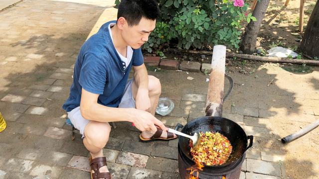 大厨教你宫保鸡丁的正确做法,鸡肉嫩滑入味,好吃又下饭