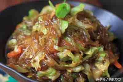大厨教你做:圆白菜炒粉条,简单家常,好吃又下饭,不粘锅不流汤