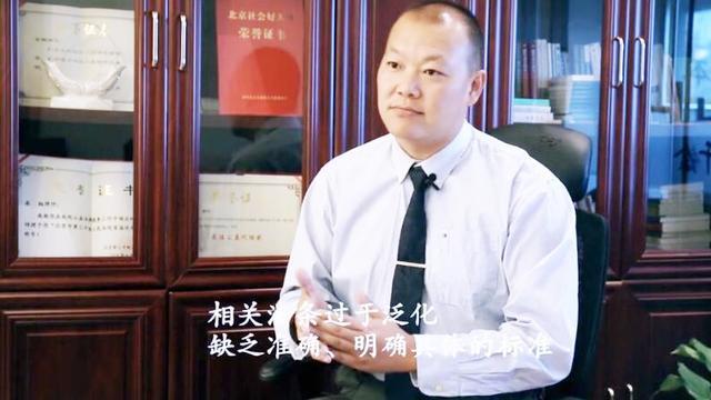 """昆山""""反杀""""事件现场:白衣男一直握着刀 警察来才松手"""
