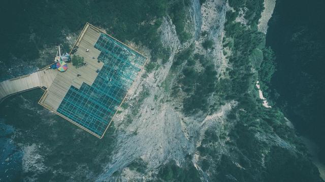 张家界千米绝壁更换栈道玻璃 最高处海拔1430米_东方网