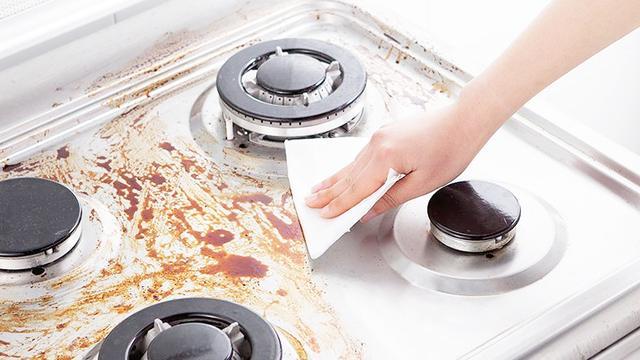 厨房灶台油污难清洗?水跟洗洁精都不用,倒点它,一擦就干净了