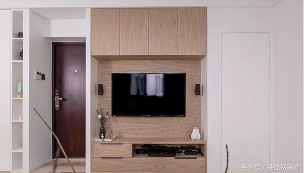 原木质感的新家很温馨,电视墙上装吊柜,实用还不占地儿!