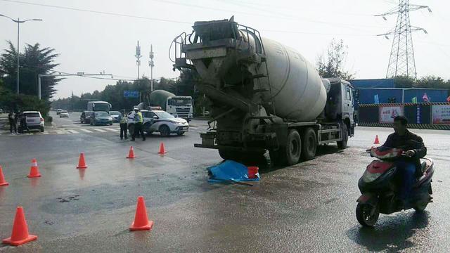 郑州一水泥罐车撞倒电动车 拖行后电动车主死亡_手机网易网