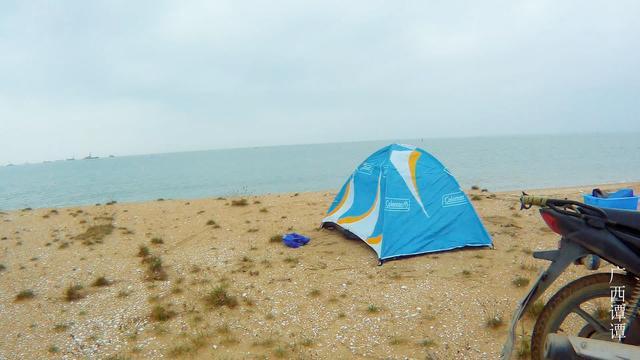 冬季小姐姐独自在海边露营,远离都市的拥挤人群,露营拥抱自然
