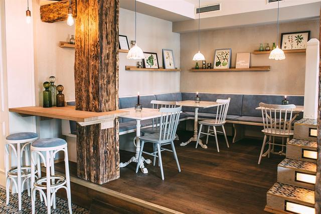 一束光照亮了马德里Rayen素食餐厅的门面。设计 by (fos)设计...