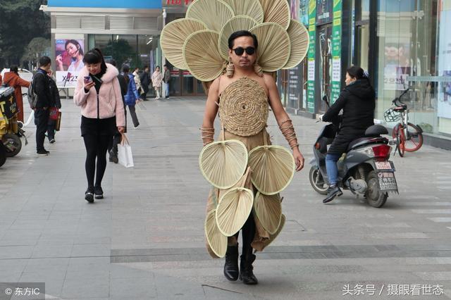 38岁男子纯手工制作环保时装,锅碗瓢盆键盘鼠标都是他的服装原料