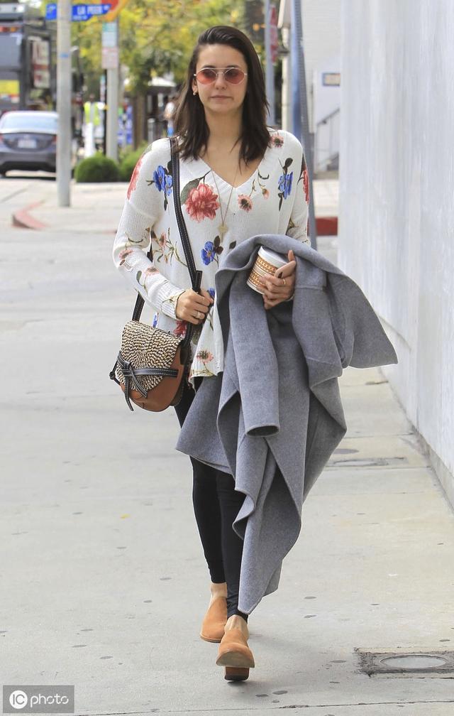 《吸血鬼日记》女主妮娜·杜波夫现身街头,印花衫紧身裤显老气