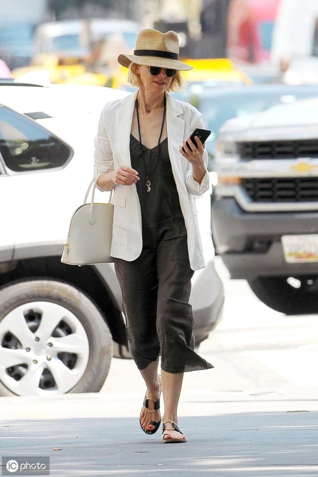 童心未泯,年过50的《金刚》女演员娜奥米.沃茨骑滑板车现身纽约
