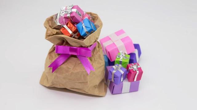 怎么简单折纸礼品包装纸袋的折法图解教程_爱折纸网