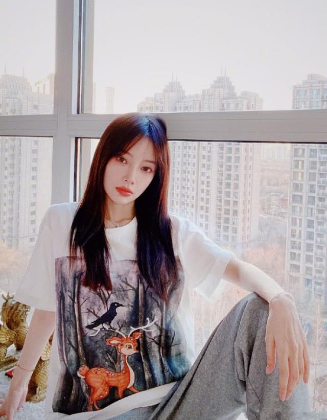出轨风波后转型,李小璐寻找事业第二春,学学她的网红春季穿搭