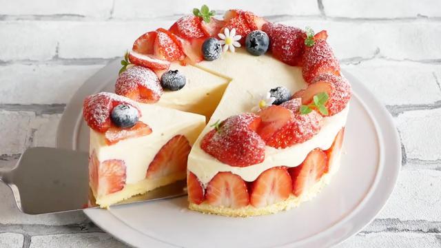 這才是蛋糕最好吃的做法,配上數不清的草莓,方法簡單幾分鐘搞定